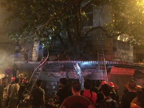 Hà Nội: Lửa bao trùm căn nhà 5 tầng trên phố Hàng Mã - 5