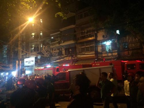 Hà Nội: Lửa bao trùm căn nhà 5 tầng trên phố Hàng Mã - 1
