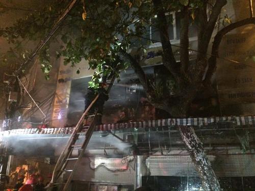 Hà Nội: Lửa bao trùm căn nhà 5 tầng trên phố Hàng Mã - 7