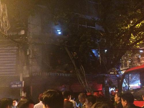 Hà Nội: Lửa bao trùm căn nhà 5 tầng trên phố Hàng Mã - 10