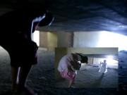 Tin tức trong ngày - Clip: Bà bầu còng lưng chui hầm đi nhờ thang máy