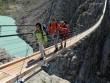 Rợn người đi qua cây cầu treo dài và nguy hiểm ở Thụy Sĩ