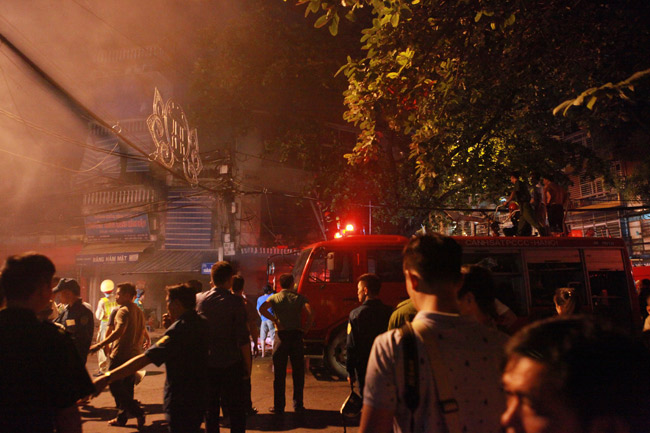 Hiện trường vụ cháy nhà 4 tầng trên phố cổ Hàng Mã - 1
