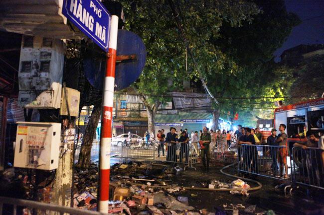 Hiện trường vụ cháy nhà 4 tầng trên phố cổ Hàng Mã - 10