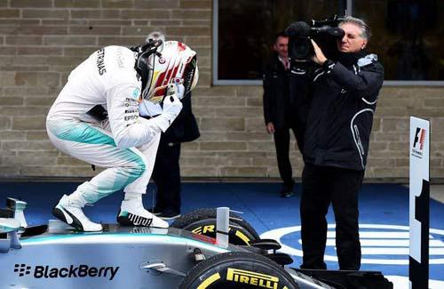 Phía sau vạch đích US GP: Xướng tên Mercedes (P1) - 1