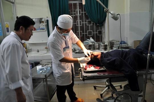 Quảng Ngãi: Côn đồ xông vào bệnh viện chém người - 1