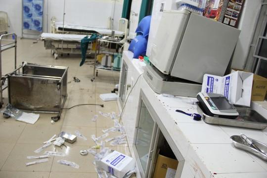 Quảng Ngãi: Côn đồ xông vào bệnh viện chém người - 2