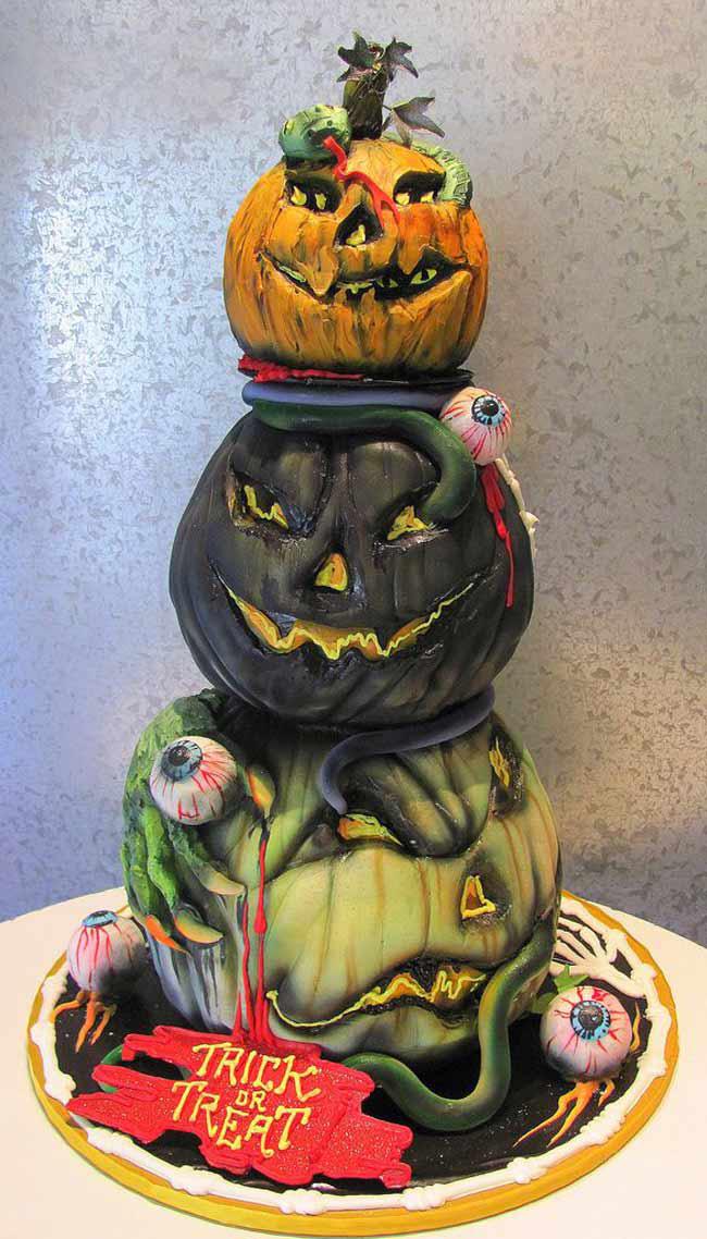"""Chiếc bánh ngọt với tạo hình là ma bí ngô. Với những chiếc răng ngọn và những chi tiết sáng tạo một cách đáng sợ, người làm chiếc bánh  """" ma bí ngô """"  này đã thành công với mục đích  """" dọa """"  người.  Ý nghĩa của từ Trick-or-treat: Trong tuần lễ Halloween, trẻ em phương Tây rất hứng thú với trò  """" gõ cửa xin ăn """" . Chúng mặc trang phục hóa trang và đeo mặt nạ rồi đi từ nhà này qua nhà khác, gõ cửa để gặp chủ nhà và nói câu  """" trick-or-treat """" . Câu này có nghĩa là:  """" Nếu muốn chúng tôi không chơi xấu thì hãy đãi chúng tôi cái gì đi """" . Để tránh bị phiền toái, chủ nhà đãi chúng kẹo, bánh trái và cả cho tiền nữa."""