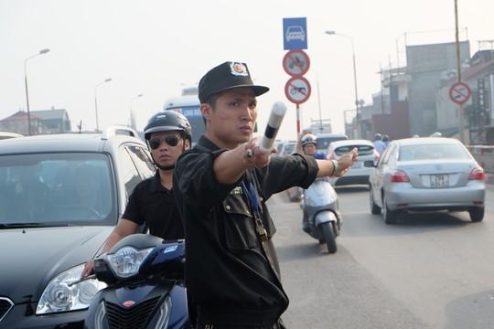 Khi Cảnh sát Cơ động xuống đường chống ùn tắc... - 1