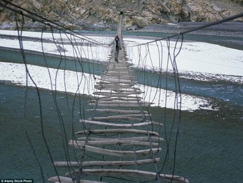 """""""Run rẩy"""" trước những cây cầu nguy hiểm nhất thế giới - 3"""