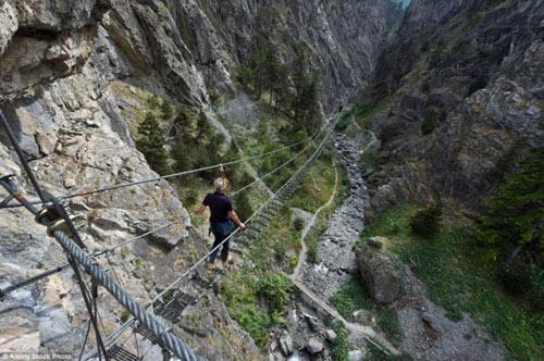 """""""Run rẩy"""" trước những cây cầu nguy hiểm nhất thế giới - 8"""