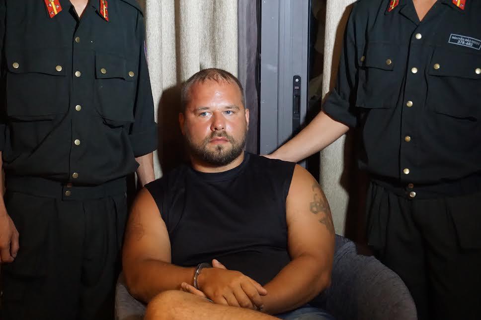 """2 người Nga """"vác"""" hàng trăm thẻ ATM giả đi rút tiền - 1"""