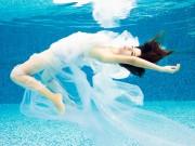 Bạn trẻ - Cuộc sống - Thiếu nữ khoe vẻ gợi cảm dưới làn nước trong vắt
