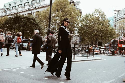 """Hoàng Thùy mặc cực """"chất"""" trên phố London - 11"""