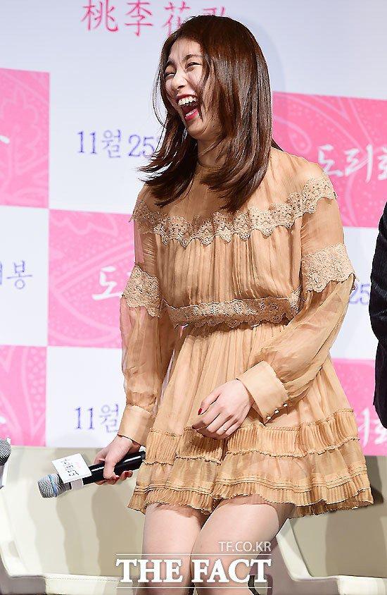 Bạn gái Lee Min Ho cười thả ga, nói về việc giả trai - 7