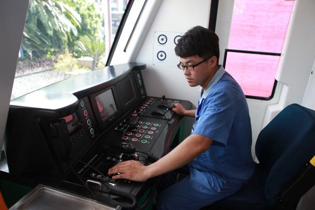 Người HN xếp hàng ngắm toa tàu đường sắt trên cao đầu tiên - 5