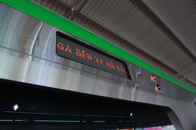 Người HN xếp hàng ngắm toa tàu đường sắt trên cao đầu tiên - 11