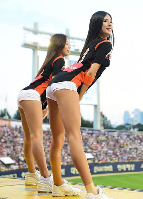 Chân dài tít tắp của cổ động viên xinh đẹp nhất xứ Hàn - 6