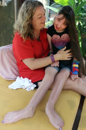 Xót xa bố mẹ buộc chấm dứt quá trình lớn lên của con gái - 2