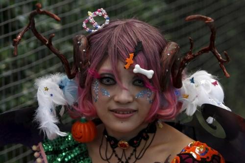 Giới trẻ Nhật Bản hóa trang kỳ dị dọa người đi đường - 6