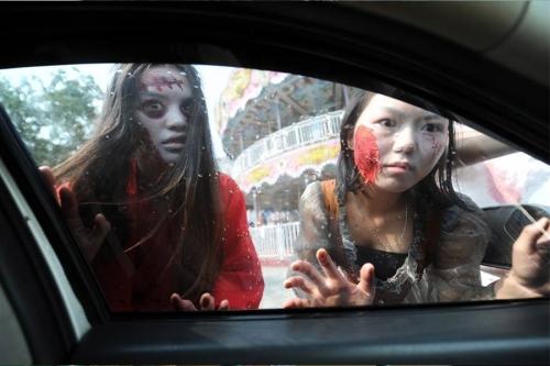 Giới trẻ Nhật Bản hóa trang kỳ dị dọa người đi đường - 7