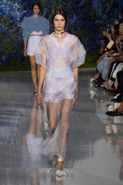 11 bộ váy mỏng manh khiến bạn không thể rời mắt - 7
