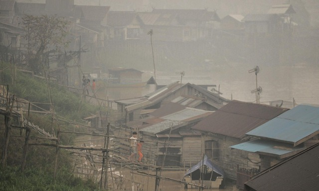 Ảnh: Cháy rừng tồi tệ ở Indonesia gây loang khói bụi mù mịt - 7