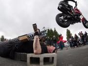 Nằm trên đinh nhọn để 70 xe máy chạy qua người