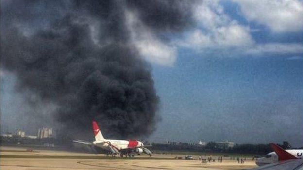 Mỹ: Máy bay chở 101 người bốc cháy trên đường băng - 1