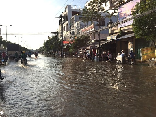 Trời không mưa, nhiều nơi ở Cần Thơ vẫn ngập nước - 1