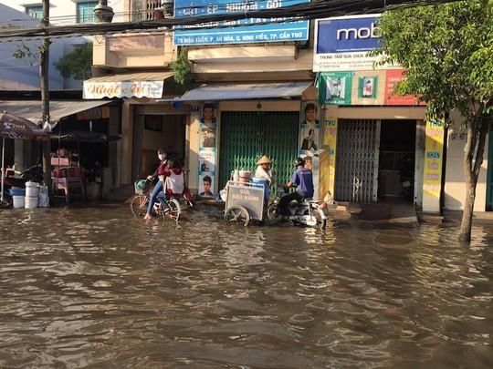 Trời không mưa, nhiều nơi ở Cần Thơ vẫn ngập nước - 2