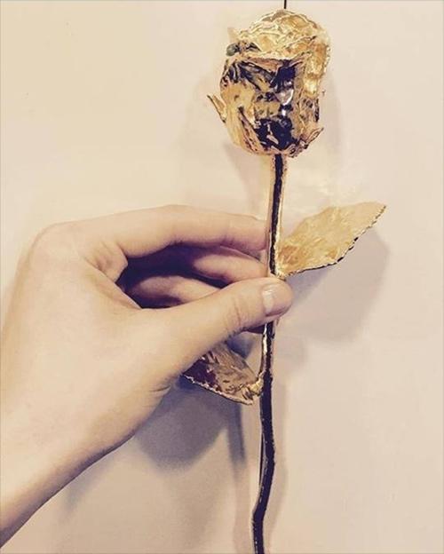 """Hồ Ngọc Hà """"đáp trả"""" người cũ bằng hoa hồng vàng khối - 1"""