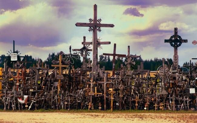 Đồi Chữ thập là một địa điểm hành hương của người theo đạo Cơ đốc ở Litva có từ những năm 1830. Khu vực này được cho là bao gồm ít nhất 100.000 cây thánh giá lớn nhỏ khác nhau. Những người yếu bóng vía được khuyên không nên đến đây một mình vào ban đêm.