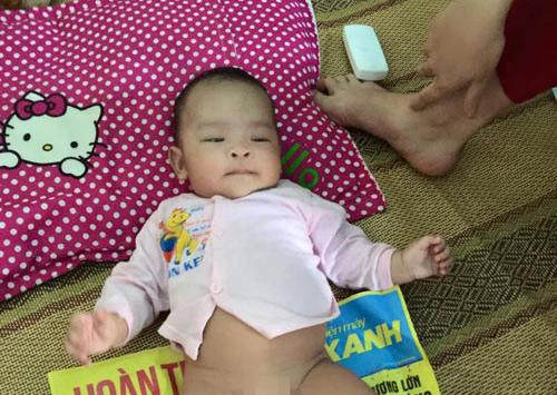 Xót xa bé gái 3 tháng tuổi bị mẹ bỏ rơi ở quán nước - 2