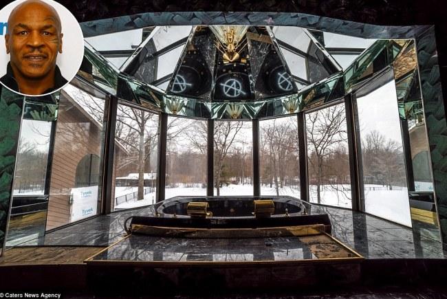 Võ sỹ thép & nbsp;Mike Tyson, 49 tuổi sở hữu một phòng tắm xa hoa ở Ohio, Mỹ. & nbsp;Phòng tắm đậm tính chất nghệ thuật này & nbsp;được xây dựng năm 1999, & nbsp;từ vách xung quanh cho đến trần nhà tắm đều hoàn toàn bằng kính, giúp Tyson có cảm giác & nbsp;thư giãn giữa thiên nhiên khi ở đây. Ngoài ra, bồn tắm được làm từ cẩm thạch đen, bồn tắm được mạ vàng rất quý giá.