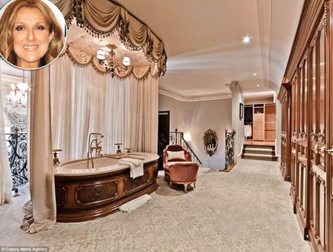 Celine Dion, 47 tuổi, có phòng & nbsp;tắm được trang hoàng với khung & nbsp;rèm cửa bằng & nbsp;vàng, rèm che cũng là loại thượng hạng, tạo cảm giác dễ chịu khi ngâm mình trong bồn. Phòng tắm này nằm & nbsp;bên trong ngôi nhà sáu phòng ngủ của cô tại & nbsp;một hòn đảo tư nhân ở Quebec, Canada.