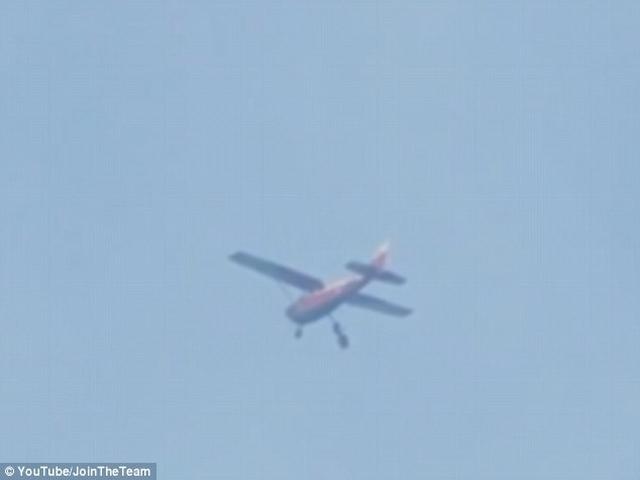 Video: Nhảy dù, mắc kẹt dưới máy bay suốt 30 phút - 1