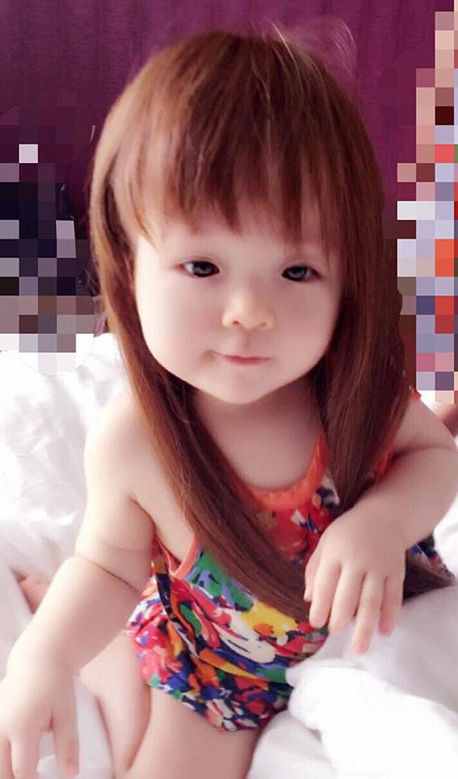 Cô nàng điệu đà như thiếu nữ khi trùm mái tóc dài...