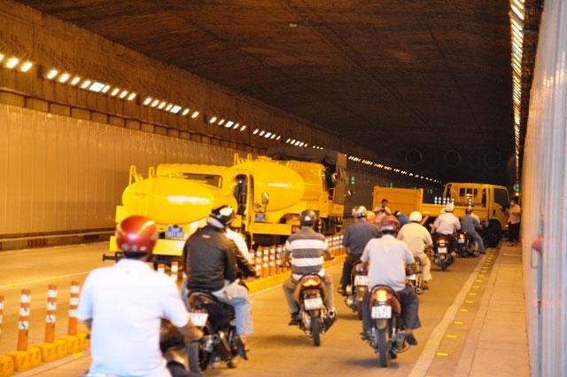 Diễn tập dập lửa, cứu người trong hầm vượt sông Sài Gòn - 1
