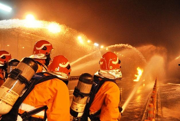Diễn tập dập lửa, cứu người trong hầm vượt sông Sài Gòn - 10