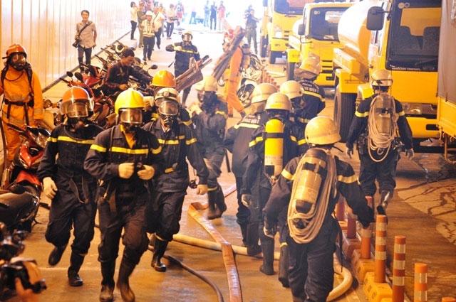 Diễn tập dập lửa, cứu người trong hầm vượt sông Sài Gòn - 11