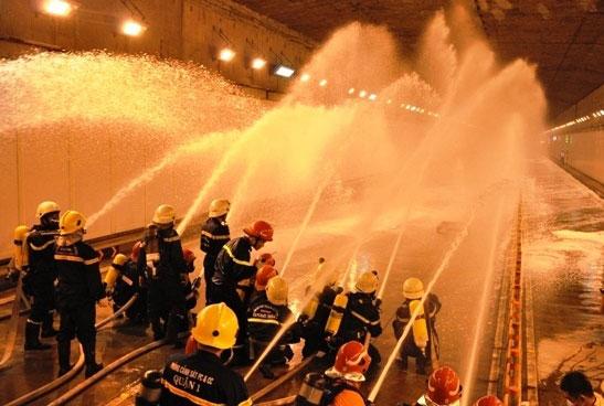 Diễn tập dập lửa, cứu người trong hầm vượt sông Sài Gòn - 12