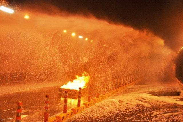 Diễn tập dập lửa, cứu người trong hầm vượt sông Sài Gòn - 13
