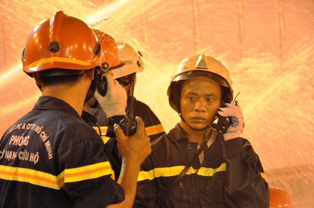 Diễn tập dập lửa, cứu người trong hầm vượt sông Sài Gòn - 14