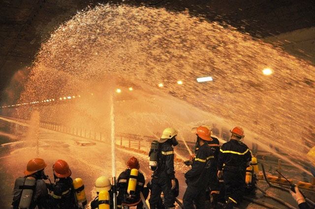 Diễn tập dập lửa, cứu người trong hầm vượt sông Sài Gòn - 16