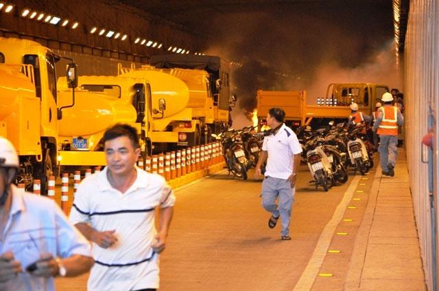 Diễn tập dập lửa, cứu người trong hầm vượt sông Sài Gòn - 2