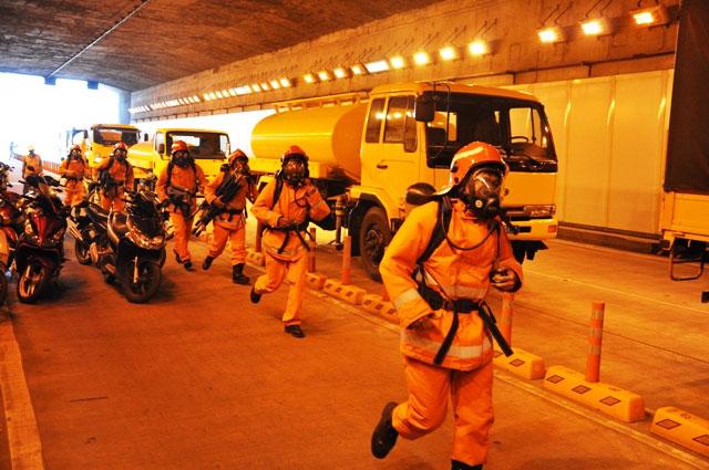 Diễn tập dập lửa, cứu người trong hầm vượt sông Sài Gòn - 5