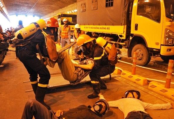 Diễn tập dập lửa, cứu người trong hầm vượt sông Sài Gòn - 7