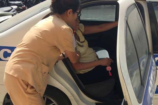CSGT dùng xe ô tô chuyên dụng đưa bà bầu đi đẻ - 2