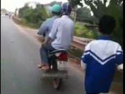 Tin tức trong ngày - Clip: Xích con vào xe máy kéo trên đường vì… game